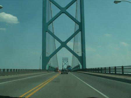 Nahe Detroit über die Brücke nach Kanada - größeres Bild durch Anklicken!
